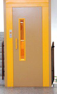 dveře dveřní portály výtahu ve schodišti panelového domu
