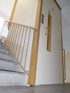 výtahové šachta z plechových segmentů ve schodišti