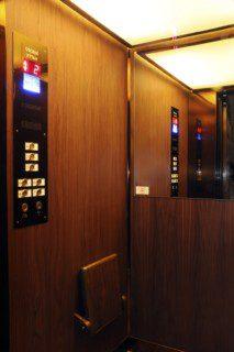 dřevěná kabina výtahu