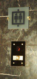 tlačítkový přivolávač ve stanici