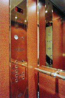 kabina v provedení mosaz a obklad lamino kořenice