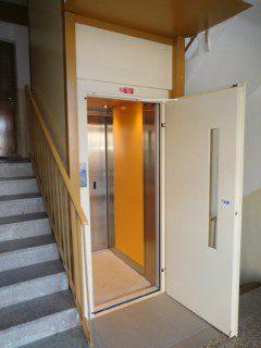 průchozí kabina ve schodišti panelového domu