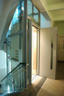 ruční dveře osobního výtahu