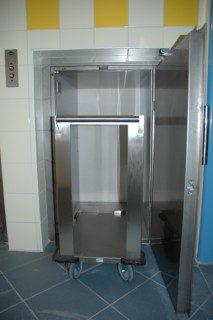 nákladní výtah pro dopravu vozíků