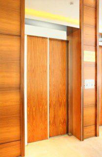 obklad dveří dřevem