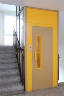 výtah v ocelové konstrukci schodiště