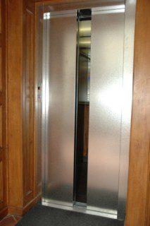nové dveře v provedení nerez struktura