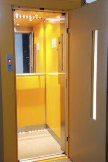 standardní kabina výtahu obytného domu