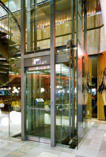 prosklený výtah ve volném prostoru