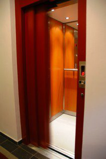 stranou posuvné dveře výtahu