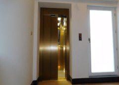 achetní dveře v barvě mosazi