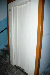 dveře výtahu ve schodišti