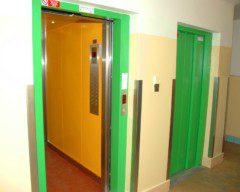 dvojice výtahů v panelovém domě