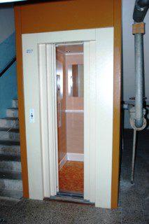 výtah ve schodišti panelového domu