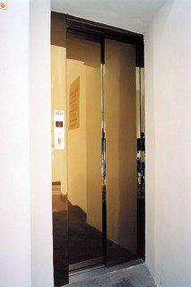 mosazné dveře