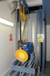 výtahový stroj v suterénu